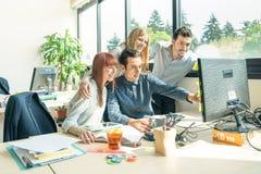 Gruppen av ungt affärsfolk - starta upp anställdarbetare med datoren Royaltyfria Foton