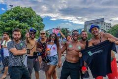 Gruppen av ungt lyckligt folk som dricker och har gyckel under Bloco Orquestra Voadora på Aterro, gör Flamengo, Carnaval 2017 royaltyfria bilder