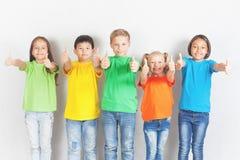 Gruppen av vänliga barn gillar ett lag tillsammans royaltyfri foto