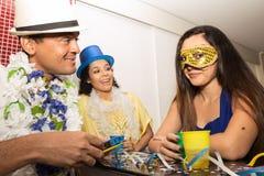 Gruppen av vänner firar Carnavalen i Brasilien Asiatisk kvinna l royaltyfria bilder