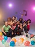 Gruppen av vänner som poserar med musikal, noterar arkivfoto