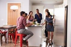 Gruppen av vänner som Pre tycker om matställen, dricker hemma arkivbild