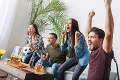 Gruppen av vänsportfans som håller ögonen på matchbifall, team arkivfoton