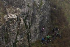 Gruppen av vaggar klättrare på cheddarklyftalandskapet royaltyfri fotografi