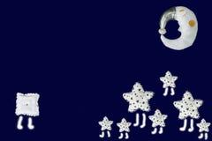Gruppen av vita stjärnor möter den ensamma fyrkanten som sover månen i himlen, marinblå bakgrund royaltyfri bild