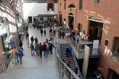 Gruppen Besucher, die im Lobbybereich, Holocaust-Erinnerungsmuseum Vereinigter Staaten, Washington, DC, 2016 stehen Lizenzfreies Stockbild