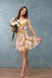 gruppen blommar flickan royaltyfria foton