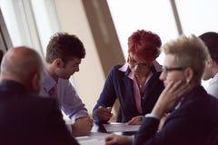 Gruppen för affärsfolk undertecknar avtalet Royaltyfria Foton