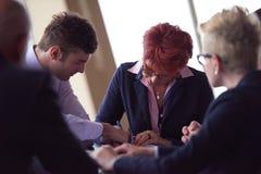 Gruppen för affärsfolk undertecknar avtalet Royaltyfri Fotografi