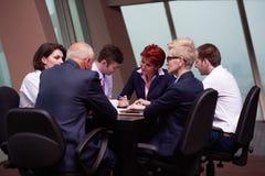 Gruppen för affärsfolk undertecknar avtalet Royaltyfria Bilder