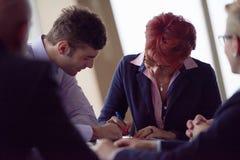 Gruppen för affärsfolk undertecknar avtalet Arkivfoto