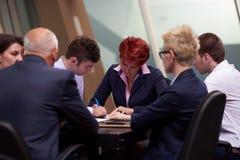 Gruppen för affärsfolk undertecknar avtalet Arkivbild