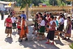 Gruppen för thailändskt folk går för att gå till en tempel arkivfoto
