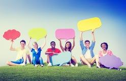 Gruppen-Freund-draußen Rede sprudelt Ausdruck-Konzept Stockfotografie