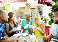 Gruppen-Freunde, die Unterhaltungsfeiertags-Konzept kühlen lizenzfreies stockbild