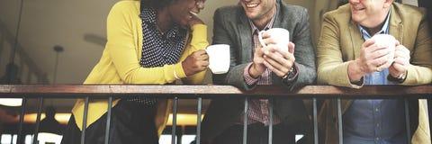 Gruppen-Geschäftsleute, die Balkon-Konzept plaudern stockbilder