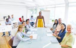 Gruppen-Geschäftsleute in einem Bürogebäude Lizenzfreies Stockfoto
