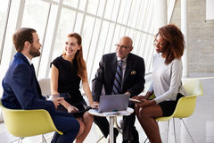 Gruppen-Geschäftstreffen in der Aufnahme des modernen Büros Lizenzfreie Stockbilder