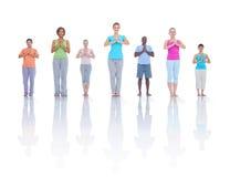 Gruppen-gesunde Leute-Eignung, die Entspannungs-Konzept ausübt Lizenzfreies Stockbild