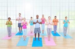 Gruppen-gesunde Leute-Eignung, die Entspannungs-Konzept ausübt Lizenzfreies Stockfoto