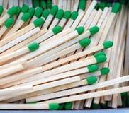 Gruppen-hölzernes Stiel-Grün-Tipp-Match in Kasten Matchsticks lizenzfreies stockbild