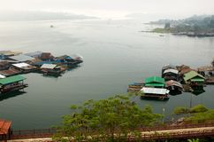 gruppen houses raftflodsangkhlaburi Royaltyfri Fotografi