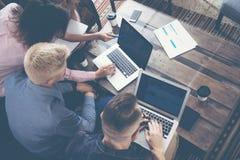 Gruppen-junge Mitarbeiter Team Making Excellent Business Decisions Kreative Leute-Diskussions-Unternehmensarbeits-Konzept modern Lizenzfreie Stockfotos
