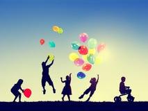 Gruppen-Kinderfreiheits-Glück-Fantasie-Unschulds-Konzept Stockfotografie