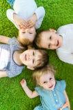Gruppen-Kinderporträt von oben Flache Lage kindergarten lizenzfreies stockfoto