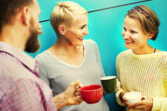 Gruppen-Leute-plauderndes Interaktions-gesellig seiendes Konzept Lizenzfreies Stockbild