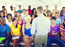 Gruppen-Leute-zufälliger Vortrag-Lehrer Speaker Notes Concept Stockbild
