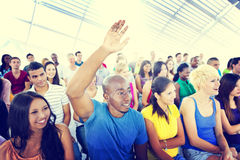 Gruppen-Leute-zufälliges Lernenvortrag-Hand angehobenes Konzept Stockbilder