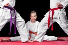 Gruppen lurar karatekampsporter Royaltyfri Foto