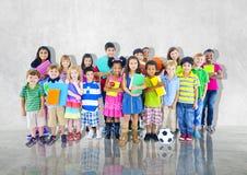 Gruppen lurar olikt tillfälligt tillsammans globalt begrepp för barn royaltyfri fotografi