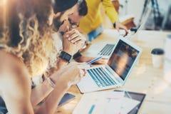 Gruppen-moderne junge Geschäftsleute erfasst kreatives Projekt zusammen, besprechend Mitarbeiter, die Kommunikation treffen stockfotografie