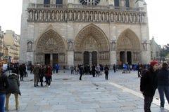 Gruppen Schaulustigen, die den Notre Dame Cathedral, Paris, Frankreich, 2016 bewundern Stockfotografie