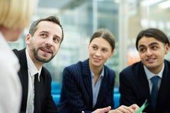 Gruppen-Sitzung im Büro lizenzfreies stockfoto