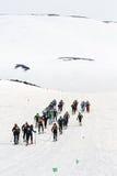 Gruppen skidar bergsbestigare klättrar skidar på på den Avacha vulkan Team Race skidar bergsbestigning 10 17th 20 2009 4000 ovanf Arkivfoto