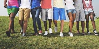 Gruppen-zufällige Leute, die zusammen draußen Konzept gehen Lizenzfreie Stockbilder