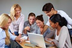 Gruppenarbeit in der Universität stockfotografie