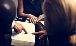 Gruppenchristentumsleute, die zusammen Bibel lesen stockbild