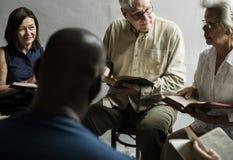 Gruppenchristentumsleute, die zusammen Bibel lesen stockfotos