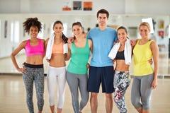 Gruppenfoto des Sportteams in der Turnhalle stockbilder