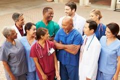 Gruppenfoto im Freien des Ärzteteams lizenzfreies stockbild