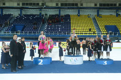 Gruppenfoto von Siegern am Podium Stockbild