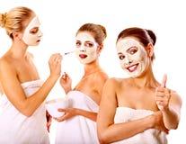 Gruppenfrauen mit Gesichtsmaske. Stockfoto