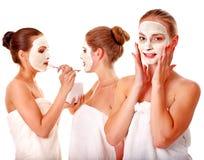 Gruppenfrauen mit Gesichtsschablone. Lizenzfreies Stockfoto