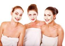 Gruppenfrauen mit Gesichtsschablone. Lizenzfreie Stockfotografie
