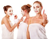 Gruppenfrauen mit Gesichtsschablone. Lizenzfreies Stockbild