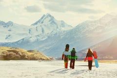 Gruppenfreundski-Snowboarderkonzept lizenzfreie stockfotos